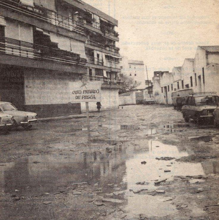 """En #triana siempre hemos tenido una gracia especial. Recordamos esta foto del 8 de febrero de 1977, que salió en portada en el diario """"Nueva Andalucía"""", muestra de cómo denunciar el mal estado de la Calle Tajares con mucho humor. www.trianaocio.es"""