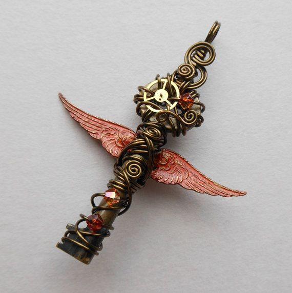 Kleine rode gevleugelde sleutel hanger--Steampunk Brass Gear gevederde gevleugelde sleutel, kristallen, draad verpakt (een sleutel tot tijd) - door zilver uil Creations