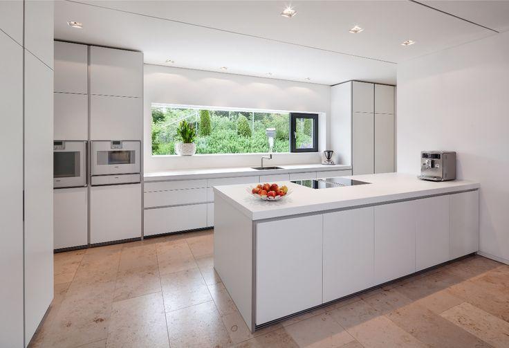 Küche mit Fenster mittig und beidseitig Hochschränken