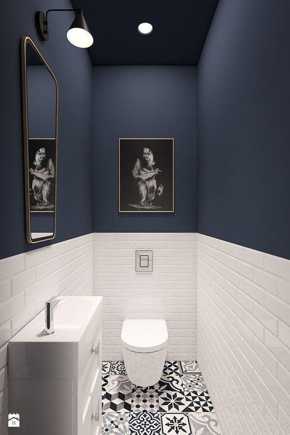 Gäste WC, Boden gemusterte Fliesen, schwarz weiß, Metrofliesen halbhoch umlaufend, blaue Wandfarbe, #smallbathroomremodeling