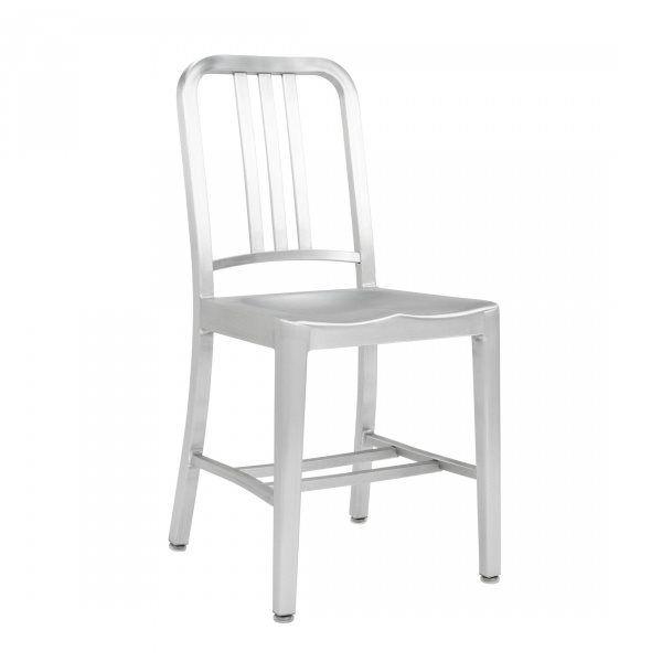 Emeco Navy Chair is de eerste echte onbreekbare stoel van Emeco. Deze stoel zie je terug in grote Amerikaanse filmtitels als design icoon. Zoek je een stoel die sterker is dan wat dan ook dan kies je voor de Navy stoel thuis en op het werk.
