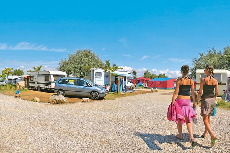 Yelloh! Village Le Sérignan Plage. Maakt u gebruik van een eigen tent of caravan, dan biedt Yelloh! Village Le Sérignan Plage ruime standplaatsen op deze gezellige familiecamping die opvalt door het oog voor detail in de afwerking en de leuke kinderanimatie die het hele seizoen georganiseerd wordt. Dit samen met de ligging direct aan het strand en de spa zorgt voor een omgeving waar aan iedereen gedacht wordt en het hele gezin een fantastische vakantie zal beleven. Officiële categorie ****