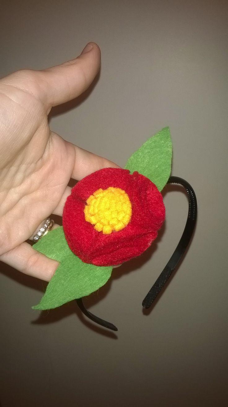 Cerchietto con fiore in feltro realizzato a mano