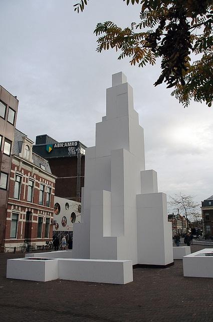 Op de Stationsweg in Leiden nabij het NS station is een 12 meter hoog plastiek gebouwd, 'Vierkant in Vierkant' naar een ontwerp van Theo van Doesburg (1883-1931) i.s.m. Jan Wils (1891-1972)   Het is een uitvoering in hout, waarmee hij in 1917 meedeed  See the best #Art installations in     Manhattan on https://www.artexperiencenyc.com