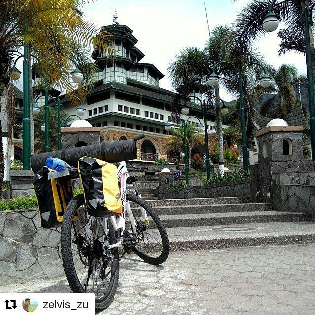 #Repost @zelvis_zu  mantab om! itu tas panier isinya perlengkapan turing kan yak? bukan makanan semua? :D  Tempat yang slalu dituju..kemana pun berjalan.. #touring #bikecycle #bike #pacificbikerider #ventura2 #adventure #architecture #masjid #pacificbikes #pacificbikerider #sepeda #sepedagunung #bersepeda #gowes #hardtail #mountainbike #mtbindonesia #crosscountry