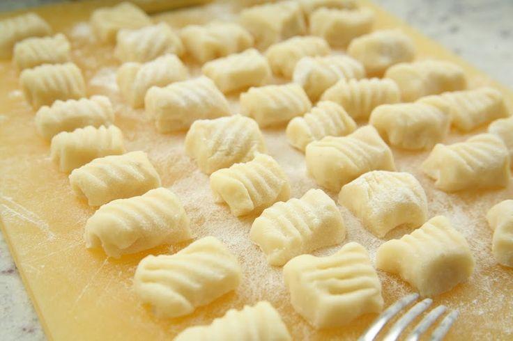Tradicionális olasz tészták házilag - Krumplis gnocchi - Hozzávalók  6 közepes krumpli, 20 dkg liszt, 1 tojás, só