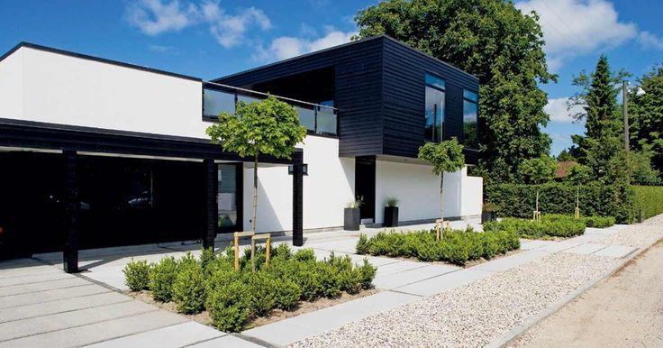 I Risskov uden for Århus har et par forvandlet et traditionelt parcelhus fra 1980'erne til et moderne hjem i naturlige materialer. Resultatet er grafisk, praktisk og smukt.