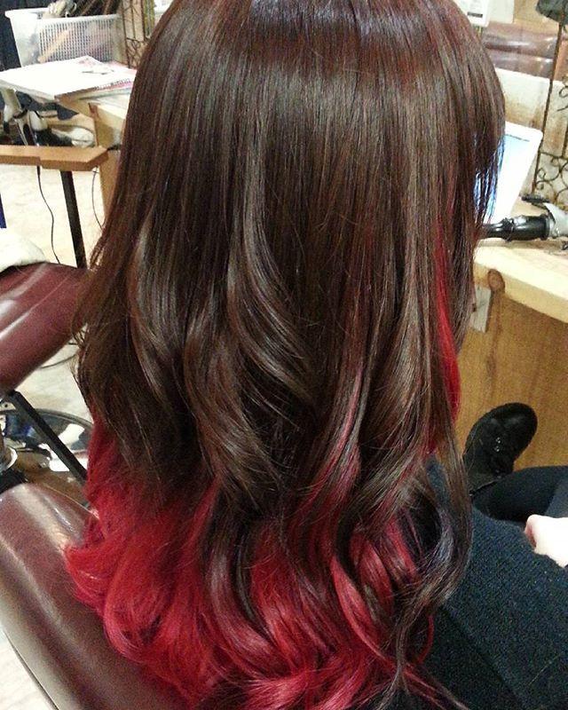 WEBSTA @ blue_hair_lau - インナーカラーで、下はブリーチ後にマニパニの赤をのせて、上は暗めのピンクブラウンにして、巻くとより赤が協調されるように仕上げました!#tulio#中川範樹大阪心斎橋の美容室Blue-Hair-LAU 〒542-0085大阪市中央区心斎筋2-3-24ジャパンライフビル2F年中無休営業時間11時~21時06-6211-0422#グレイアッシュ#グレイジュ#ミルクティー#ラベンダーアッシュ#アッシュ#シルバー#ベージュ#ダブルカラー#トリプルカラー#外国人風#美容室#難波#心斎橋#マニパニ#bluehairlau#グラデーションカラー #オーガニックカラー #リタッチ #ヘアセット #縮毛矯正 #メンズ #ヘッドスパ#スタイリスト募集#ハイライト#3D#ローライト