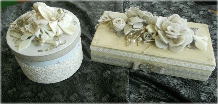 Scatole dipinte e decorate a mano giocate sui toni naturali.Bouquet di fiori in tessuto e panno,particolari in corda e perle.