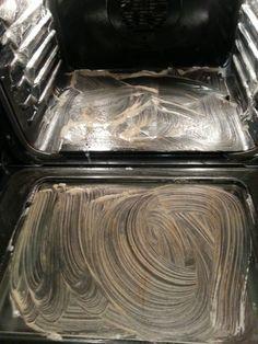 De oven schoonmaken, met baking soda, afwasmiddel, azijn en een beetje citroen.