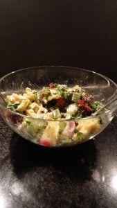 Een snel en makkelijk recept voor een pastasalde met snijbonen, geitenkaas, gerookte kip, zongedroogde tomaten, rode paprika, zonnebloempitten, slamix en olie. van: www.robust-posch.nl