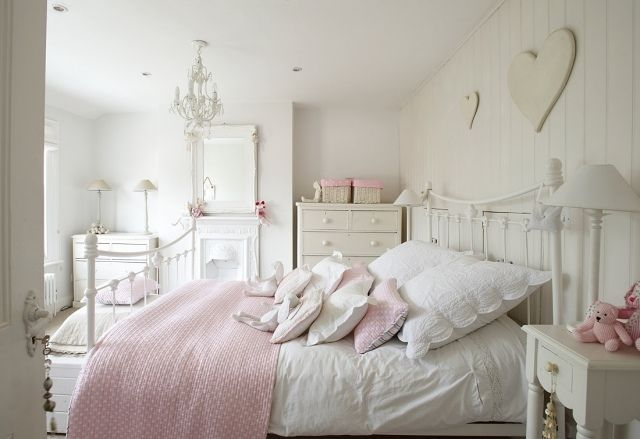 Déco de la chambre enfant Shabby Chic pour une fille romantique http://www.m-habitat.fr/tendances-et-couleurs/deco-par-style/une-maison-a-la-deco-style-shabby-3114_A