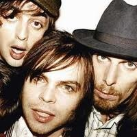 supergrass lead vocalist is so beautiful!