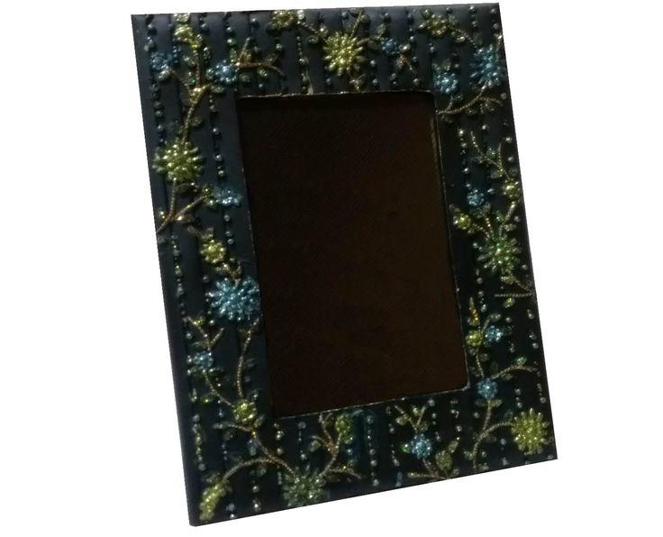***MAXI OFFERTA*** Cornici portafoto in tessuto, vari colori disponibili e vari formati di grandezza, con perline decorative. Misure Disponibili e prezzi: 8,5x13 a 1,72 euro — presso Mazzarella. Grossisti, da sempre.