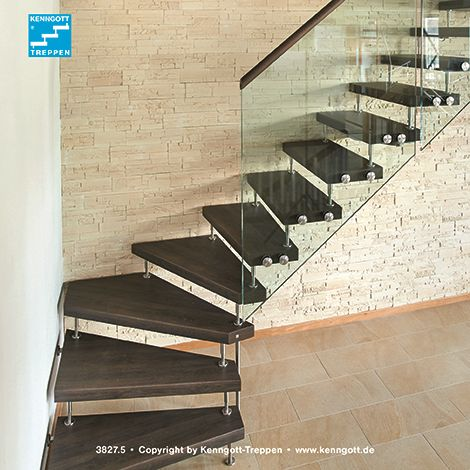 Freitragende KENNGOTT-TREPPE WF2, Stufen Nussbaum Comfort Longlife R9, Geländersystem Cristall. Das Design-Geländer CRISTALL wurde hier mit einem runden Handlauf ausgeführt.  Das elegante Geländer, welches beim Deutschen Patentamt gebrauchsmuster- und geschmacksmuster-rechtlich geschützt ist, besteht aus einem zweilagigen Verbundsicherheitsglas mit einer Glasstärke von jeweils 10 mm. Mit Hilfe eleganter Edelstahl-Glashalter mit bauaufsichtlicher Zulassung wird es seitlich an den Stufen…