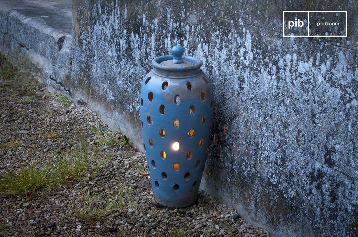 Dieses Windlicht besteht ganz aus Ton und wurde mit blauer Emaille patiniert.Das Windlicht Ilbarritz ist ein Accessoire, das Ihrem Interieur das gewisses Etwas an romantischem Charme verleihen wird.