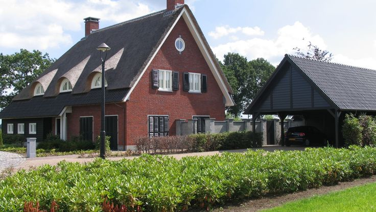 klassiek landhuis | fraai ensemble van een ruime woning met diverse bijgebouwen waarbij de materialisatie goed aansluit op de landelijke omgeving maar tegelijkertijd wel een moderne toets heeft door het gebruik van eigentijdse kozijnverdelingen