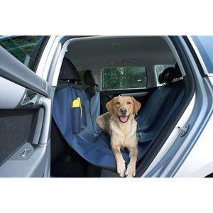 Die Autoschondecke von Kerbl passt in alle PKWs mit Kopfstützen (vorne und hinten). Sie schützt Ihre Polster nachhaltig vor Schmutz und Tierhaaren. Die Trinkflasche mit aufklappbarer Trinkschale kann in einem integrierten Fach in der dazugehörigen Utensilien-Tasche verstaut werden. Dank eines Reißverschlusses lässt sich die Decke teilen – so kann ein Mitfahrer hinten im Auto neben dem Tier sitzen.Um die Kerbl Multifunktionsdecke zu reinigen, wischen Sie sie einfach mit einem feuchten Tuch…