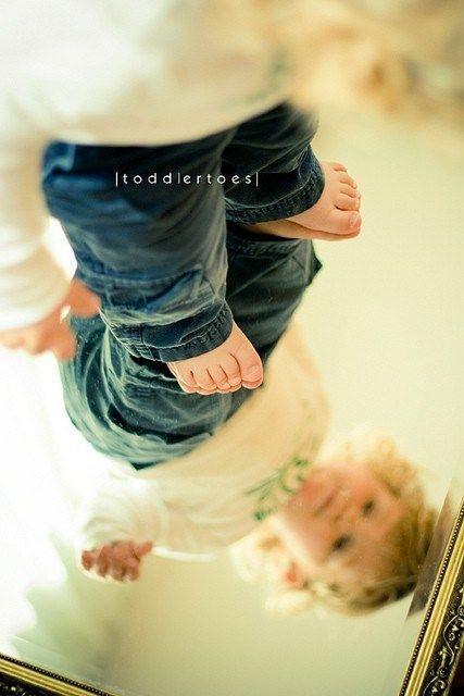 Cute & creative photography idea Idee/Inspiration für das Portrait von einem Kind: auf einen Spiegel stellen.Fotoshooting – Kinderfotos – Kinderfotoshooting – Shooting – Familienfotos – Familienfotografie – Kinder – natürlich – authentisch – drinnen –