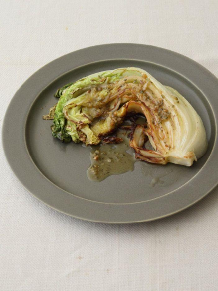 白菜を焼いたことある? 焦げた白菜の甘さとアンチョビの塩気がマッチ。|『ELLE a table』はおしゃれで簡単なレシピが満載!