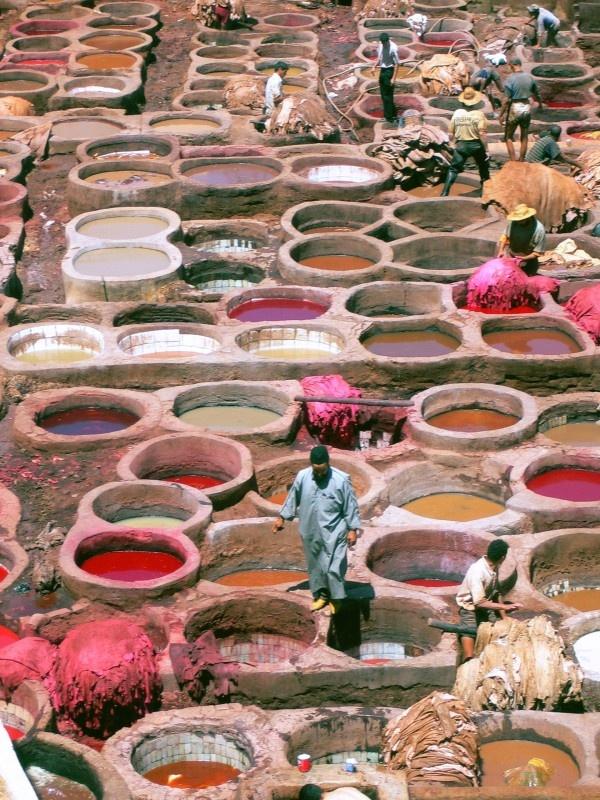 """Medina de Fes ......MEDINA = Parte mais antiga de uma cidade, geralmente em local elevado e fortificado. = ALMEDINA........ Fes (ou Fez) = Nome da cidade ......Medina de Fes, em Marrocos....... Curtimento de couro . """"Tinas"""" onde couros são mergulhados para tingimento. Cada tina tem uma cor."""