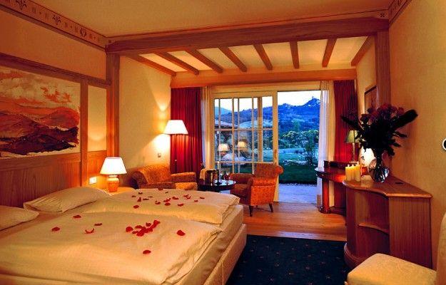 Camera con ampia vetrata - Lampade dalla luce calda per arredare una camera da letto romantica.