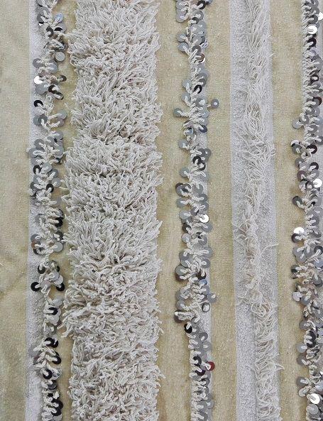 Bellissima handira vintage, la tradizionale coperta nuziale berbera, che può essere usata oltre che come coperta, anche come tappeto, per vestire un divano o appesa al muro per decorare una parete, apportando un tocco di raffinatezza e glamour in ogni ambiente. Realizzata a mano dalle popolazioni berbere dell'Alto Atlante in Marocco, è in lana e cotone e decorata con paillettes in metallo che scintillano e con il movimento producono un dolce suono #boho #weddingblanket #handira