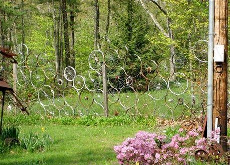 Konstnärligt staket med återvunna cykelhjul