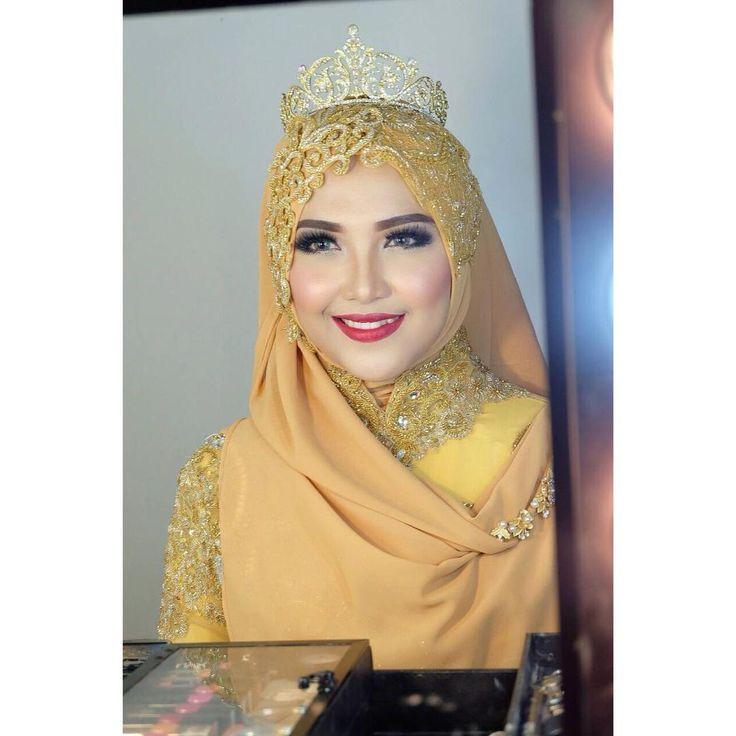 ". (تَبَسُّمُكَ فِي وَجْهِ أَخِيكَ صَدَقَةٌ (رواه الترمذى ""Senyum manismu dihadapan saudaramu adalah shadaqah"" (HR. Tirmidzi) . Makeup by @ninikhidayatia_makeup  Wardrobe  @kebayalaksmi  Photo by @bocahbaguspictures #modelmuslimah #muslimah #photoshoot #muasurabaya #muamalang #muagresik #kebayamuslim #weddingmuslim #gownsyari #kebayalaksmi #stunning #gorgeos #pernikahansyari"