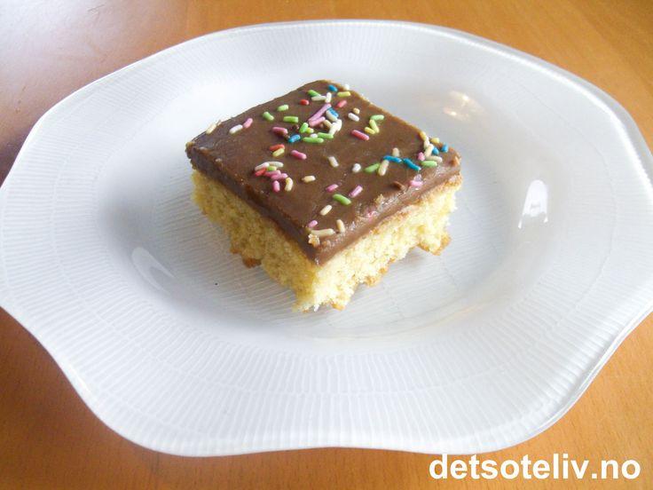 """""""Lys sjokoladekake i langpanne"""" er en deilig kake med mild smak! Populær hos barn! Oppskriften er til stor langpanne."""