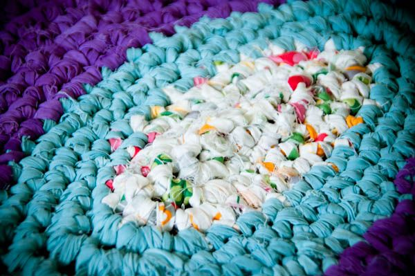 This tutorial shows you how to join strips of recycled fabric to make one long strip! Rag rugs here I come!