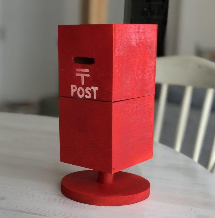 夏休みの子供の自由工作 ゆうちょアイデア貯金場コンクールなどに 真っ赤で可愛いポスト型の貯金箱はいかがでしょうか 実は これ ダイソーのウッドボックスとセリアの木製キッチンペーパースタンドで出来ています カッターで木に穴をあける所だけ 大人が