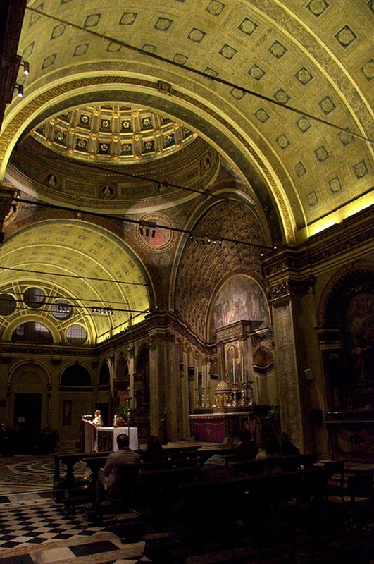 Донато Браманте. Браманте из-за отсутствия пространства нашел уникальное решение, которое прославило церковь во всем мире, став первым примером использования оптической иллюзии в архитектуре: он наложил штукатурку особым образом, создав визуальный эффект глубины алтаря при реальных размерах пространства менее метра.