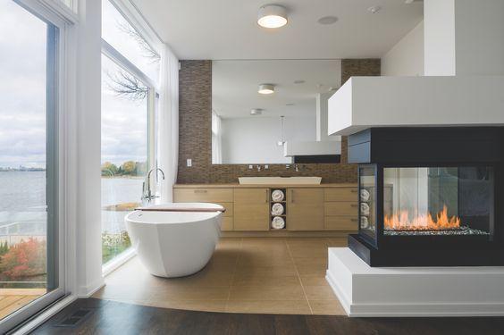 Aucune bougie requise. Cette luxueuse cheminée à gaz de la série H transforme cette magnifique salle de bain moderne en un spa reposant à la maison.