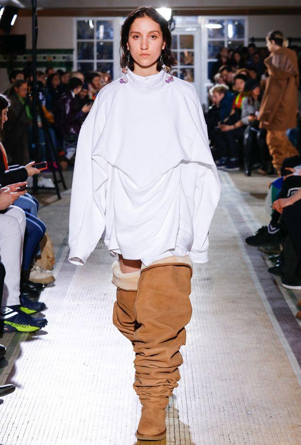b19ceabc5a7 Esto es MUY 'HEAVY': botas UGG mosqueteras | Runway | Fashion, Ugg ...
