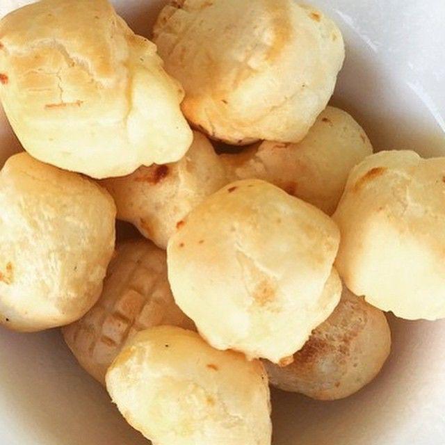 Já fez Pão de Queijo no Airfryer?  Super simples.  Pão de queijo congelado  Retire os pães de queijo congelados do congelador/freezer por cerca de 20 minutos antes de usá-los. Preaqueça a Air Fryer a 200°C por 9 minutos. Coloque os pães de queijo na cesta. A cada 3 minutos vire o pão de queijo  Tempo: 9 Temperatura: 180º  Conhece alguém que gosta de Pão de Queijo? Marca ele nessa foto!  #paodequeijo #airfryer #chefairfryer #lanche #bomdia #cafe #cafedamanha