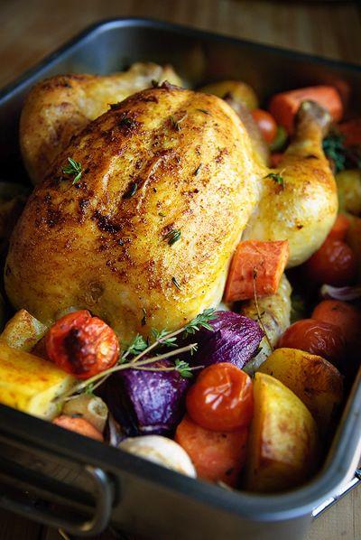 Bereiden: Verwarm de oven voor op 200°C. Bestrijk de kip met de olie en vul hem met de halve citroen en enkele takjes tijm. Bestrooi de kip met de kipkruiden. Plaats de kip in een grote braadslede en leg hem op een paar stukken aardappel. Plaats alle groentes en de rest van de aardappelen erom heen.