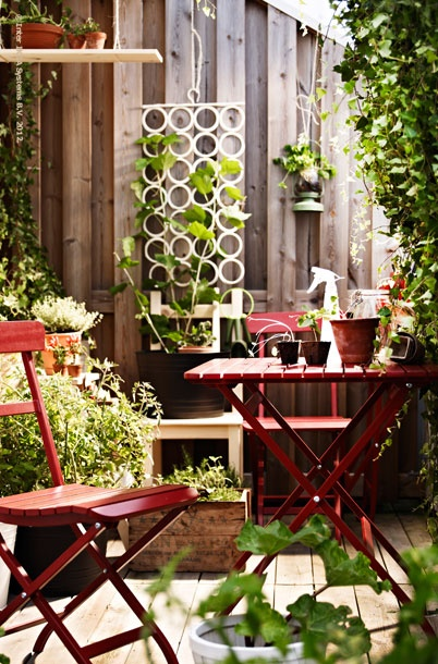 Plants like it when you talk to them. Come a little closer to them by putting MÄLARÖ folding tables and chairs in the balcony garden.