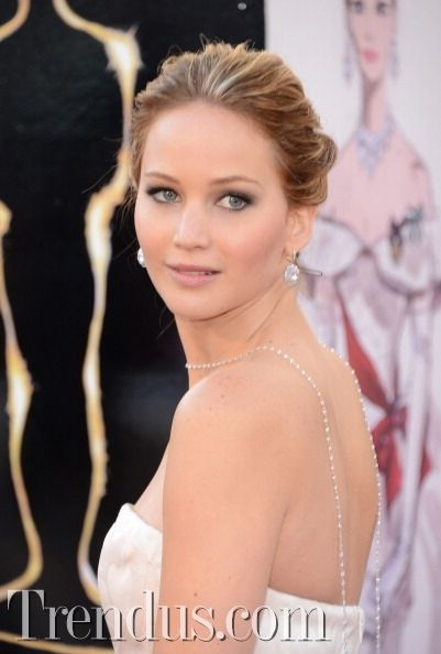 Trend alarmı: Sırt kolyesi / Jennifer Lawrence