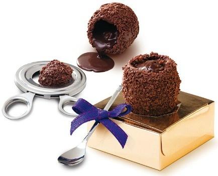 Ovos Brigadeiro, para comer com colher, recheado com o fino brigadeiro du Jour, feito com cacau do Pratigi. Nas opções chocolate ao leite ou meio amargo, kit com 6 unidades   R$ 188,00 (ao leite) e R$ 192,00 (meio amargo), Chocolat du Jour.