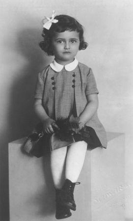 Petite fille juive de Prague, Eva Nemcova, né en 1937.l' image a été réalisée dans un studio avant la déportation de Terezin en Novembre 1941. Eva est morte à Terezin ou Auschwitz.