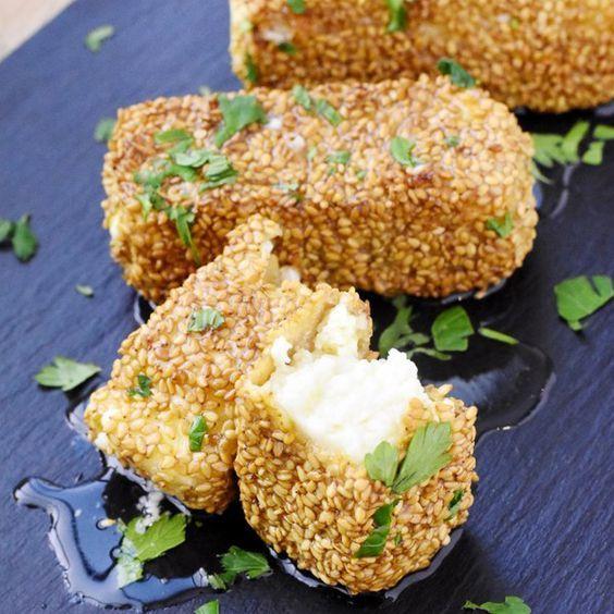Gebackener Feta mit Sesamkruste. Zum Beispiel auf frischem Feldsalat mit Mango und Tomate.