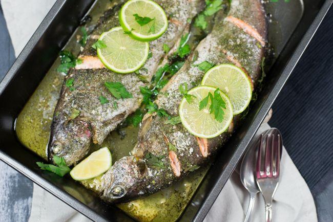 De een kan uit de voeten met een hele kalkoen, de ander houdt toch meer voor vis. Deze hele zalmforel uit de oven is verrukkelijk en makkelijk te maken.