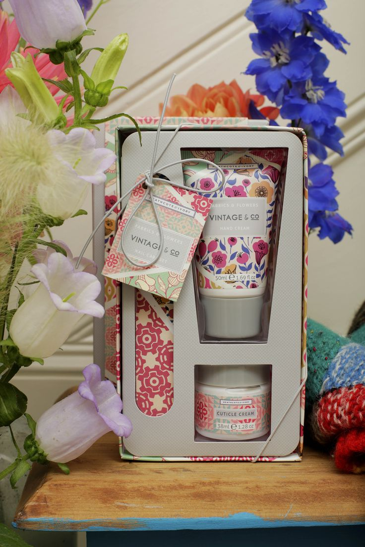 VINTAGE & CO FABRICS AND FLOWERS Nail care set to soften, scent and hydrate hands and shape nails in Vintage & Co fashionable packaging.