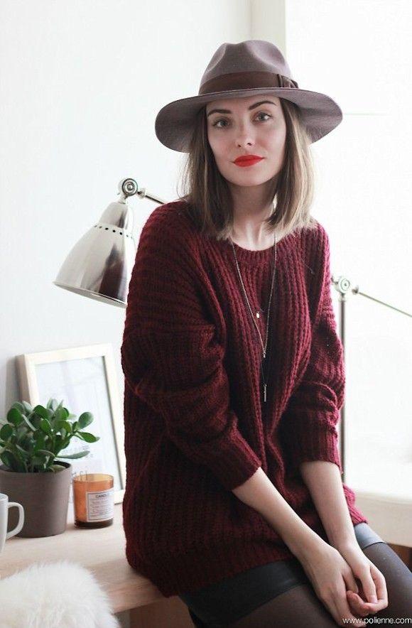 Pull bordeaux en grosse maille + chapeau gris + mini jupe noire. Le look à shopper >> http://www.taaora.fr/blog/post/look-tendance-hiver-2015-2016-pull-couleur-bordeaux-jupe-noire-chapeau-gris #outfit #ootd