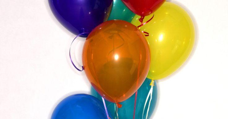 Cómo usar globos para hacer un centro de mesa para una boda. Cómo utilizar globos para hacer un centro de mesa de una boda. Al planear tu boda, una forma de reducir los costos es hacer tus propios centros de mesa para la fiesta, en lugar de comprar arreglos florales elaborados. Una opción asequible es hacerlos a bajo costo con globos. Los globos vienen en una variedad de colores y texturas para que combinen ...