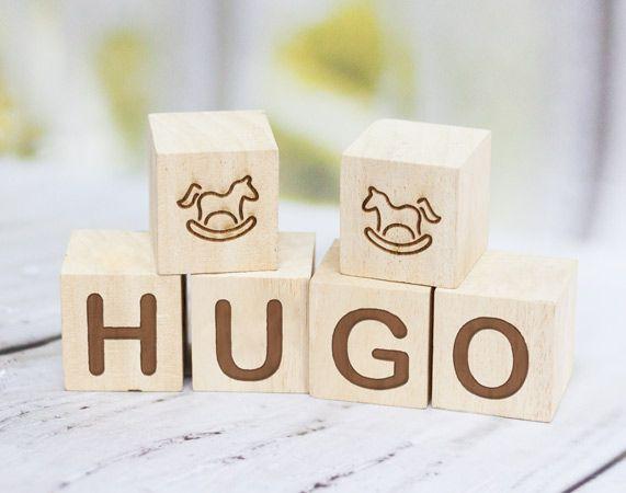 Cubos de madera grabados con nombre