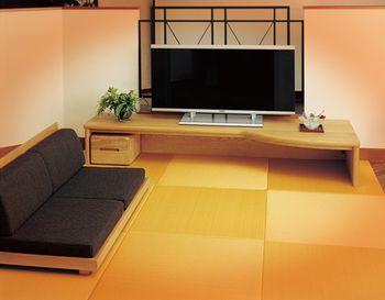 ロータイプのソファーと合わせると、一気に和のイメージに。木のぬくもりを感じる様な家具がお好きな方にはオススメのコーディネートです。