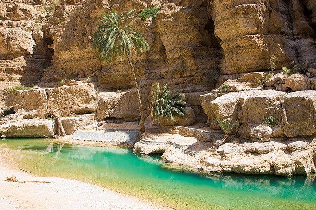 Un cañón desértico con piscinas en turquesa, en Omán (Wadi Shab) #travel