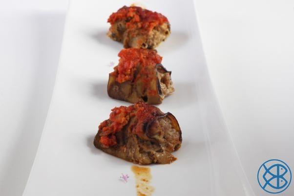 Recette Grecque traditionnelle - Bourekakia (Aubergines farcies à l'agneau) : Hacher l'agneau après l'avoir paré. Ciseler la coriandre. Préparer la farce en mélangeant l'agneau, les oeufs, la coriandre, le 4 épices, l'huile et le vinaigre. Saler, poivrer et réserver au...